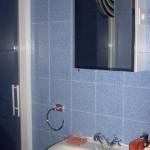 Lavabo y espejo baño azul