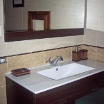 Lavabo y espejo baño madera